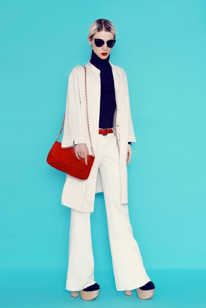 Caucasian woman in off-white wide leg pant suit. Red shoulder bag, black turtleneck and sunglasses. Platform shoes. #widelegpants #wideleg #widelegjeans #denim #palazzo #croppedwideleg #womensfashion